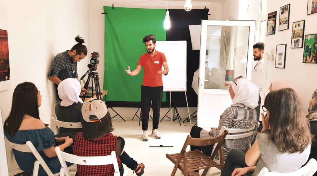 اللاجئ السوري زين العابدين سالم في محاضرة عن فن التصوير
