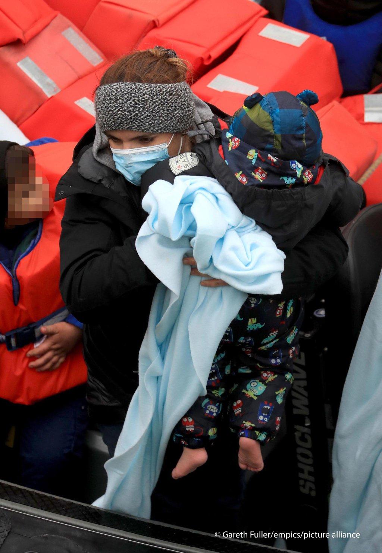 وصول مهاجرين بينهم أطفال إلى المملكة المتحدة في ظروف مناخية قاسية أمس الاثنين 7 كانون الأول/ديسيمبر. المصدر: غارث فولر/بيكتشر أليانس