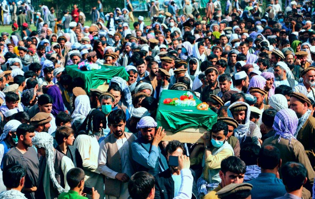 AP - Nazim Qasmy  شهروندان افغان در بدخشان اجساد افرادی را که در جنگ میان طالبان و نیروهای امنیتی افغانستان کشته شدهاند، تشییع میکنند ـ  یکشنبه ۴ ژوئیه ۲۰۲۱