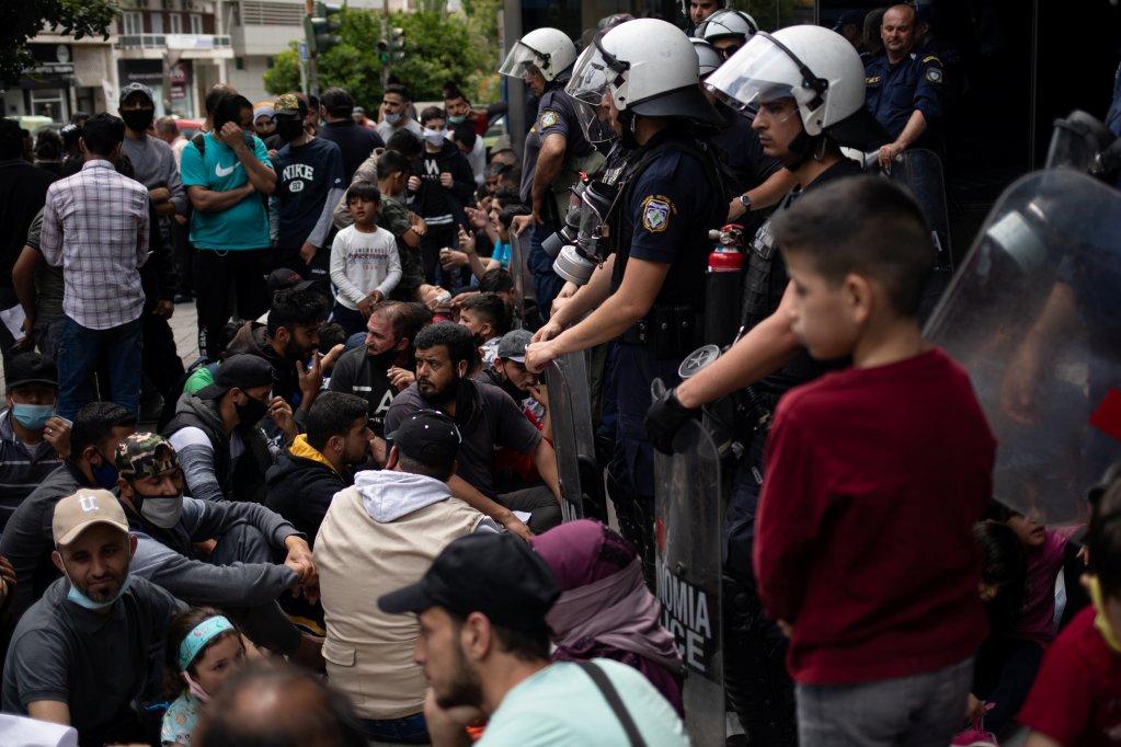 Des réfugiés manifestent, le 29 mai 2020, à l'extérieur des locaux du HCR à Athènes pour protester contre leur expulsion de leur logement. Credit : Reuters