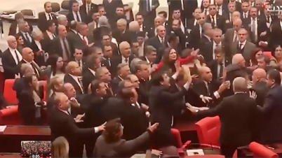 © (فيسبوك) |عراك في البرلمان التركي يوم 4 مارس/آذار 2020