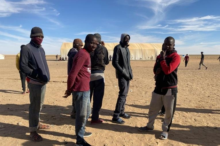 Un groupe de jeunes hommes attendent pour recevoir de la nourriture à Assamaka, après avoir été expulsés d'Algérie, en mars 2021. Crédit : Mariama Diallo/MSF