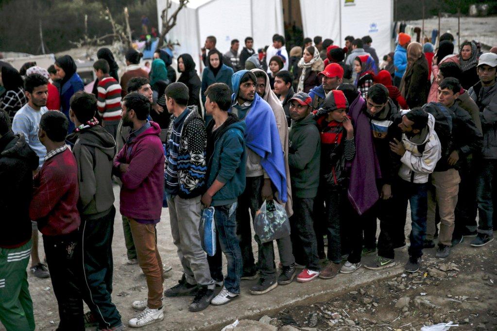 REUTERS/Alkis Konstantinidis/  Une distribution de nourriture aux réfugiés sur l'île de Lesbos (photo d'illustration)