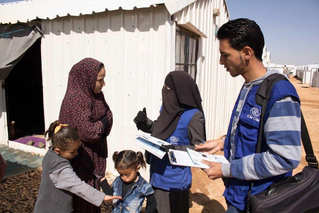 """ansa / عبد الكريم وعائشة خلال جلسة توعية في مخيم """"الزرقا"""" في الأردن. المصدر: فيدزا لوكوفاتس/ منظمة الهجرة الدولية."""
