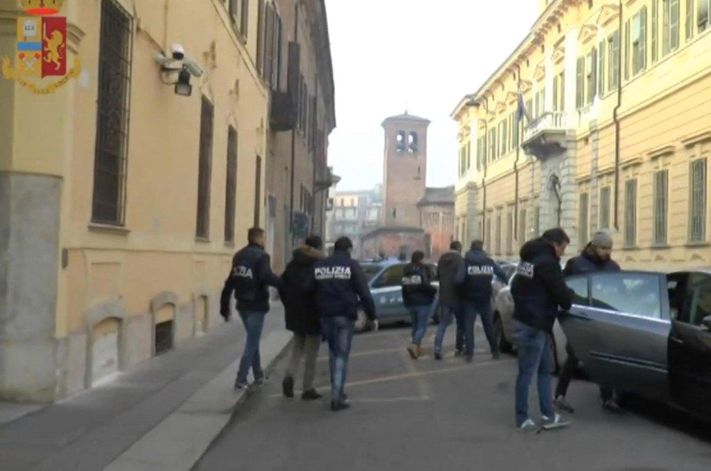 ANSA / لقطة من شريط فيديو عن العملية التي نفذتها الشرطة لإسقاط منظمة إجرامية تقوم بتشغيل واستغلال المهاجرين. المصدر: أنسا/ الشرطة الإيطالية / صورة من الأرشيف