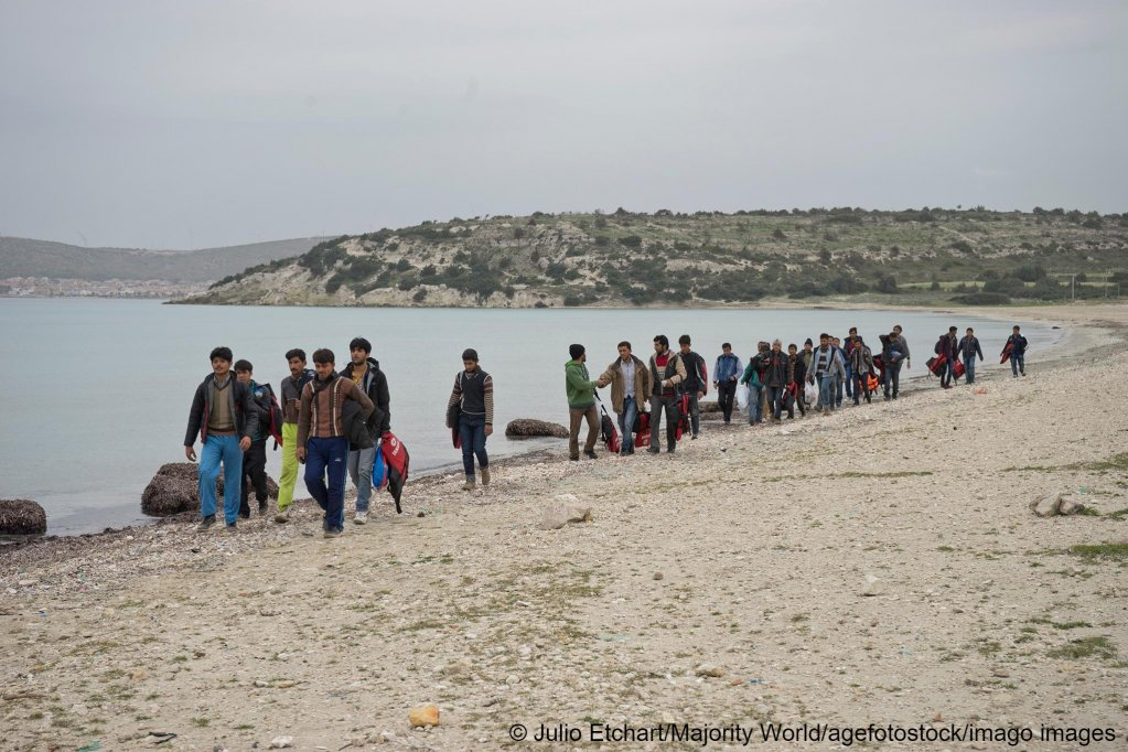 Refugees from Afghanistan on the way to be met by smugglers to take them to Greece in Cesme, Izmir, Turkey | Photo: Imago