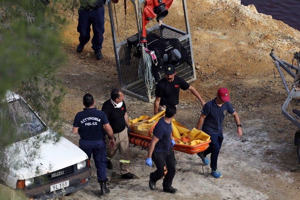 """أعضاء من وحدة الاستجابة للكوارث في قبرص يحملون جثة تم انتشالها من بحيرة كوكينوبزولا، المعروفة أيضا باسم """"البحيرة الحمراء""""، بالقرب من قرية ميتسيرو في ريف عاصمة قبرص، في 5 أيار/مايو 2019. وتعود الجثة لامرأة فيليبينية، إحدى ضحايا جرائم """"سفاح قبرص"""" الذي حكم عليه بالسجن سبع مؤبدات. رويترز"""