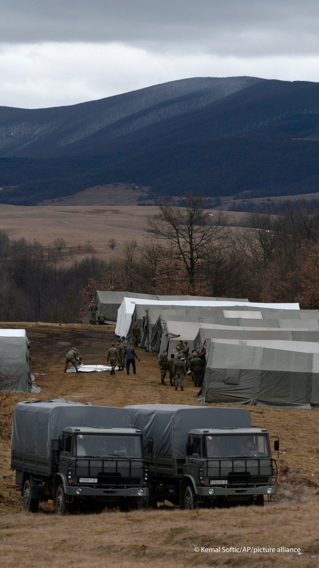 تجهيز المخيم الجديد في شمال البوسنة لإيواء المهاجرين الذين باتو في العراء بعد إحراق مخيم ليبا