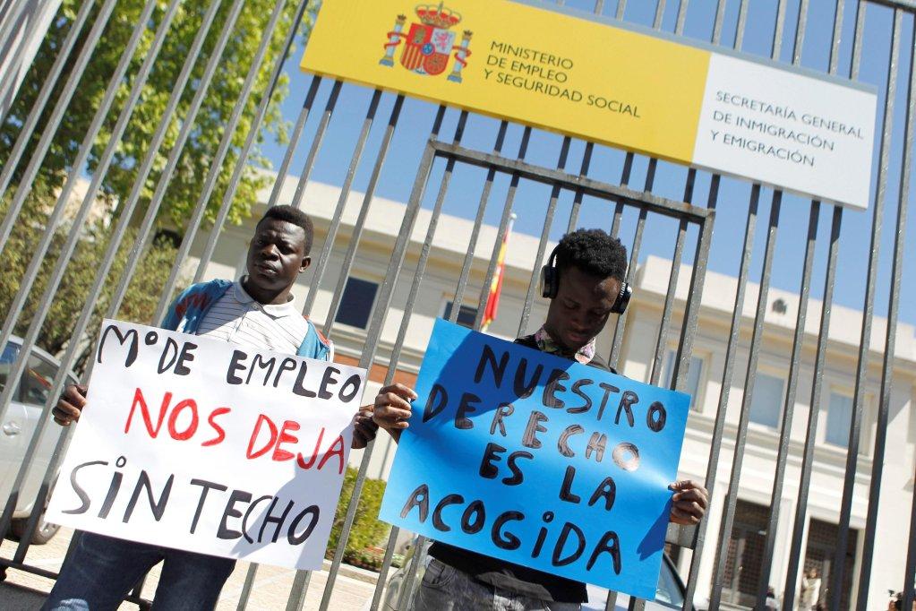 ANSA / بعض طالبي اللجوء يحتجون خارج مقر وزارة العمل والرفاهية الإسبانية للمطالبة بضمهم إلى نظام الاستقبال والتكامل في مدريد. المصدر: إي بي أيه / فيكتور دي لوس رييس.