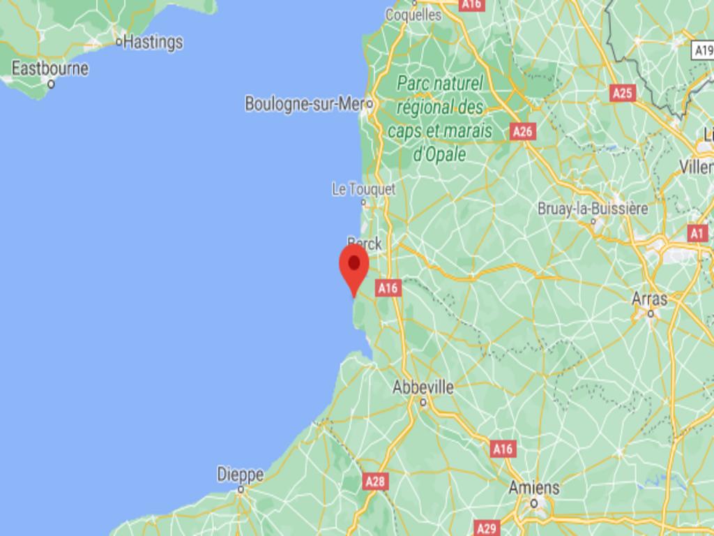 """""""للمرة الأولى، جنوح قارب مهاجرين إلى شاطئ """"كان"""" شمال فرنسا. المصدر: Google Maps"""