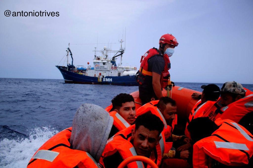 """سفينة """"آيتا ماري"""" الإنسانية تنقذ مهاجرين قبالة ليبيا. الصورة: منظمة maydayterraneo/ AntonioTrives"""
