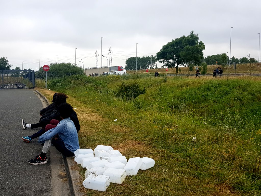 مهاجرون أريتريون أثناء تفكيك السلطات مخيمهم في مدينة كاليه الخميس 18 تموز/يوليو. الصورة: دانا البوز