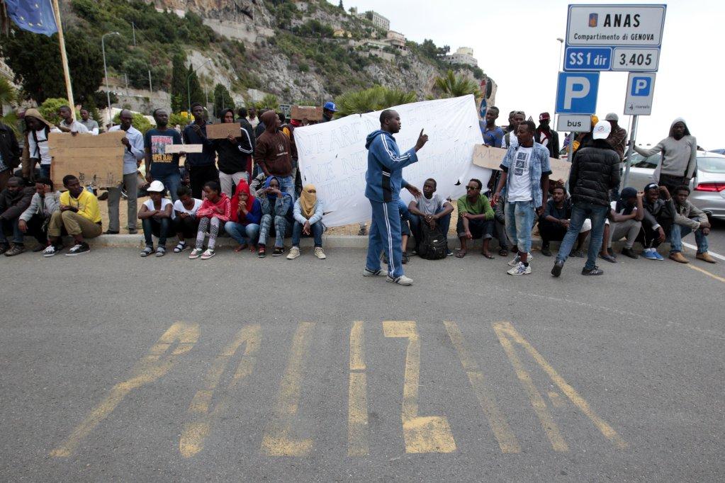AFP/JEAN-CHRISTOPHE MAGNENET |Des migrants à Vintimille, à la frontière entre l'Italie et la France. De là, ils peuvent se rendre facilement en Suisse. Photo datée de 2015.