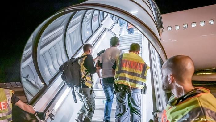 picture-alliance/dpa/M. Kappeler |من كانون الثاني/ يناير حتى نهاية تشرين الأول/أكتوبر الماضي، تم ترحيل 8802 شخص من ألمانيا