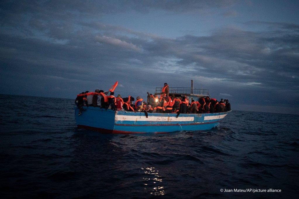 تقریبا ۱۷۰ تن که براساس گزارش ها عمدتا از اریتریا هستند، در قایق پرازدحامی بودند  که به تاریخ ۳۱ دسمبر سال ۲۰۲۰ کشف شد./عکس: picture-alliance/Jean Matteu