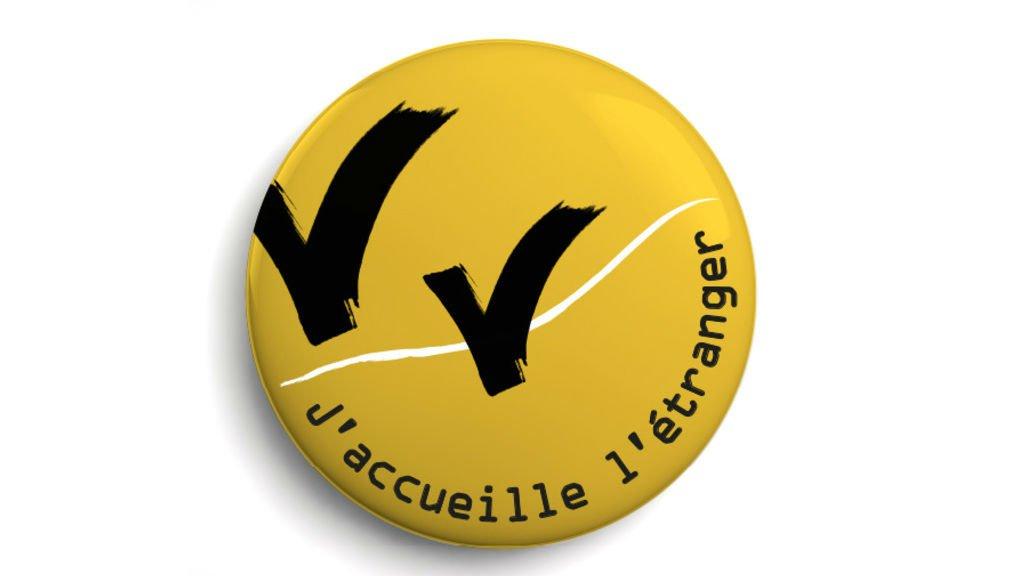"""Le badge et logo de """"J'accueille l'étranger"""". Crédit : jaccueilleletranger.org"""