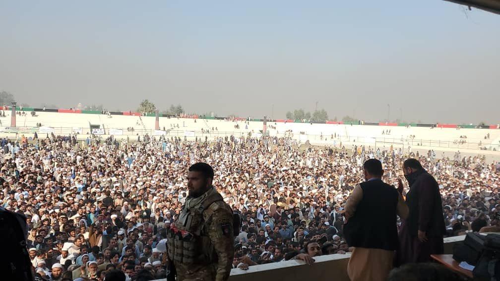 بیش از دها هزار تن برای گرفتن ویزای پاکستان در ستدیوم  فوتبال شهر جلال آباد جمع شده بودند، اکتوبر .۲۰۲۰. عکس: برگرفته شده از صفحه مقام ولایت ننگرهار