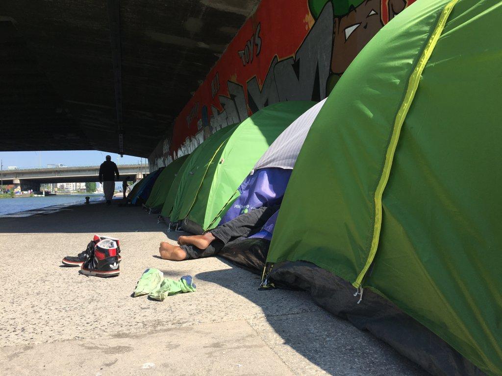 Un migrants sous une tente, à porte de la Villette, au printemps 2018. Crédit : InfoMigrants