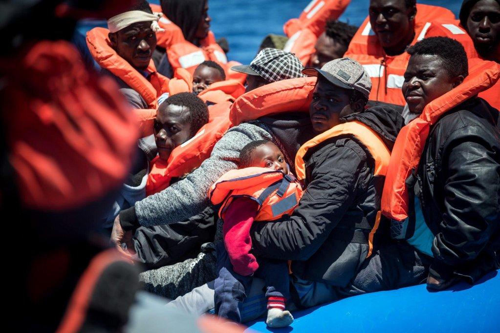 "ANSA / مهاجرون على متن السفينة ""سي ووتش 3"" المتوقفة منذ 14 يوما بالقرب من سواحل لامبيدوزا. المصدر: سي ووتش."