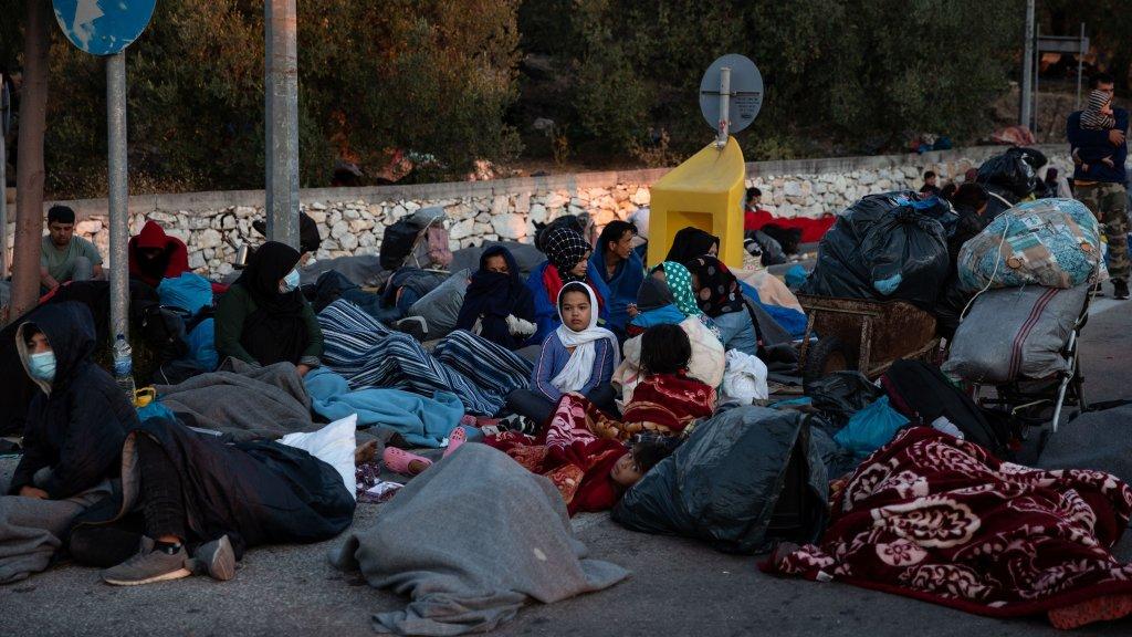 أدى الحريق إلى تشرد الآلاف من قاطني مخيم موريا، وباتوا يفترشون الطريق الفاصل بين المخيم ومدينة ميتيليني. رويترز