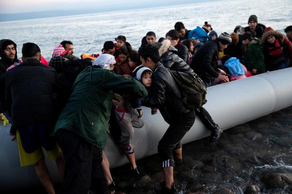 مهاجرون لحظة وصولهم إلى جزيرة ليسبوس. المصدر: رويترز/Alkis Konstantinidis