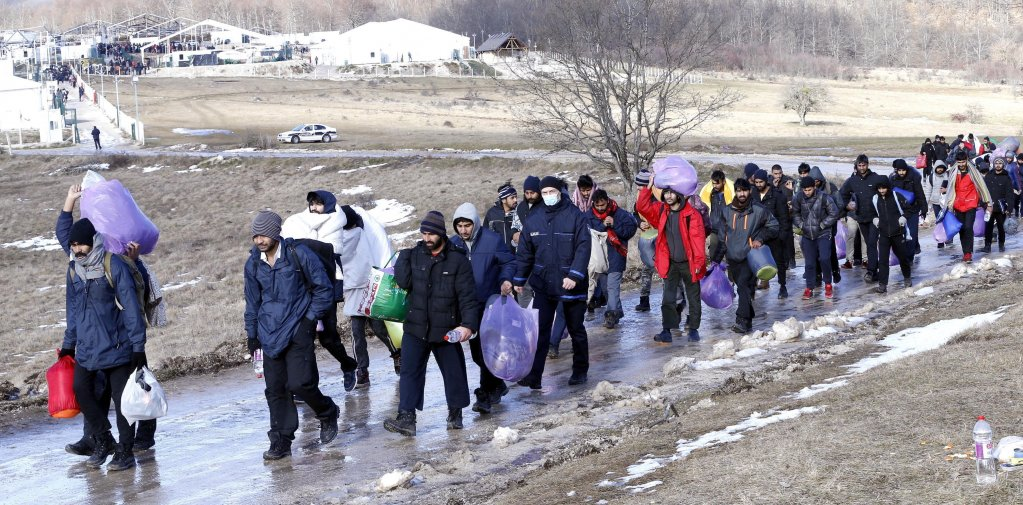 مهاجرون يغادرون مخيم ليبا، الذي تعرض للحريق في بيهاتش، شمال غرب البوسنة. المصدر: إي بي إيه/ فهيم دمير.