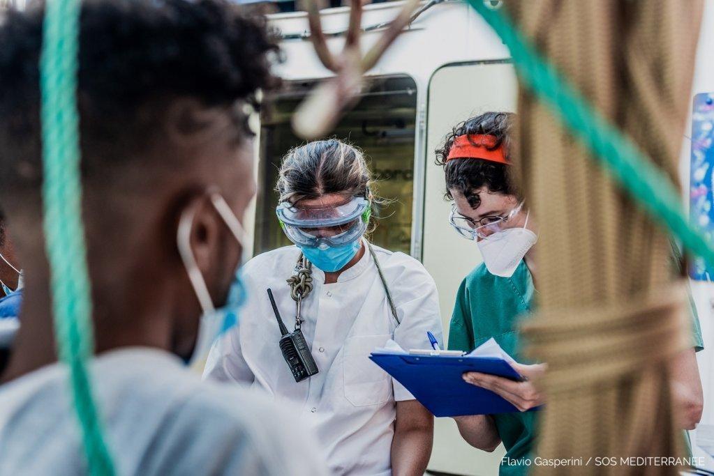 دو مهاجر از جمله ۱۸۰ مهاجر نجات داده شده توسط اوشن ویکنگ از نومیدی دوباره خود را به دریا انداختند. عکس از اس او اس مدیترانه/فلاویو گاسپرینی
