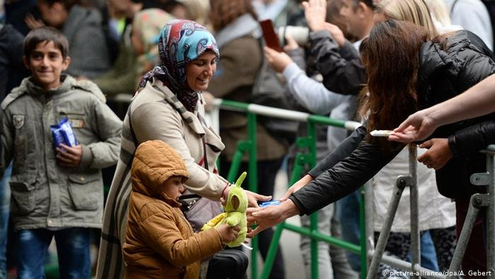 استقبال اللاجئين في محطة القطارات الرئيسية في مدينة ميونيخ الألمانية يومها كانت ثقافة الترحيب في أوجها.