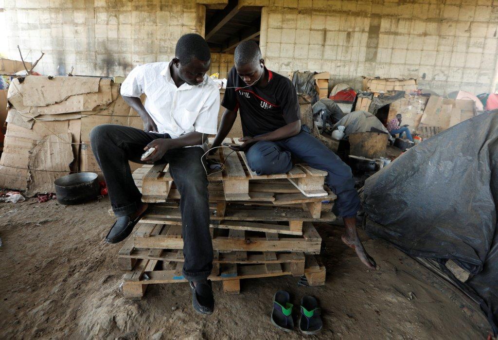 Des migrants d'Afrique subsaharienne en Algérie. Crédit : Reuters