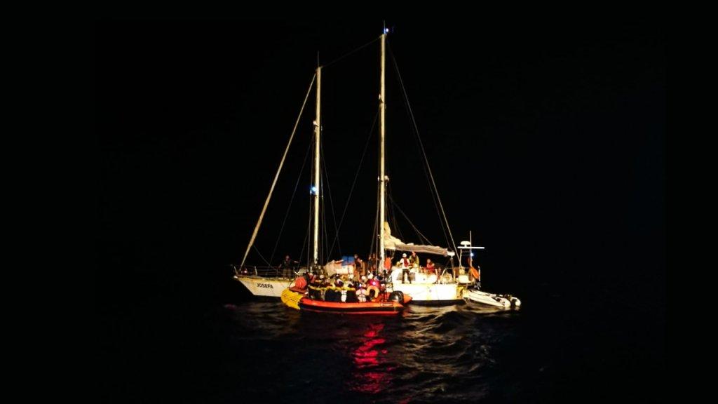 کشتی کوچک جوزفا دوشنبه شب گذشته ٣۴ مهاجر را از مدیترانه نجات داد و آنها را به عرصه اوشن ویکنگ انتقال داد. عکس از صفحه تویتر اس او اس مدیترانه.