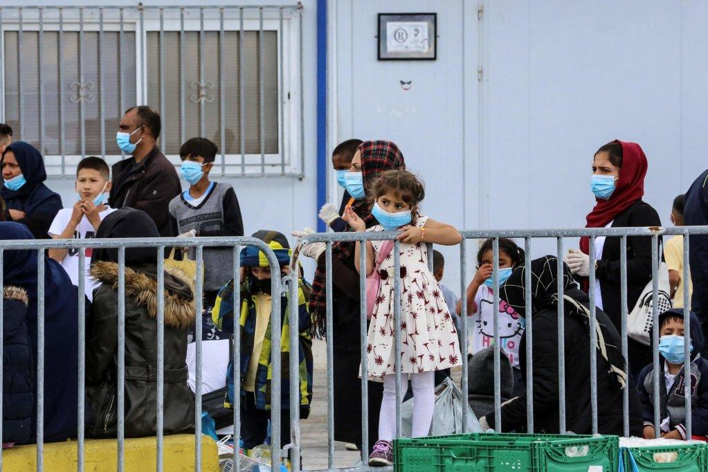 ANSA / مهاجرون ينتظرون في ميناء ميتيليني لنقلهم من جزيرة ليسبوس إلى داخل الأراضي اليونانية. المصدر: مانوليس لاجوتاريس / أيه إف بي.