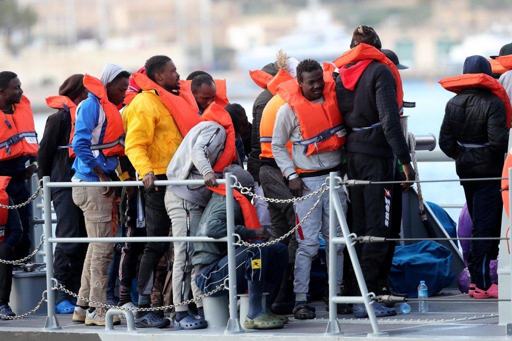 ANSA / مهاجرون يهبطون من سفينة تابعة للجيش المالطي، بعد أن قامت بإنقاذهم في البحر داخل المنطقة المالطية للبحث والإنقاذ. المصدر: إي بي إيه/ دومينيك أكويلينا.