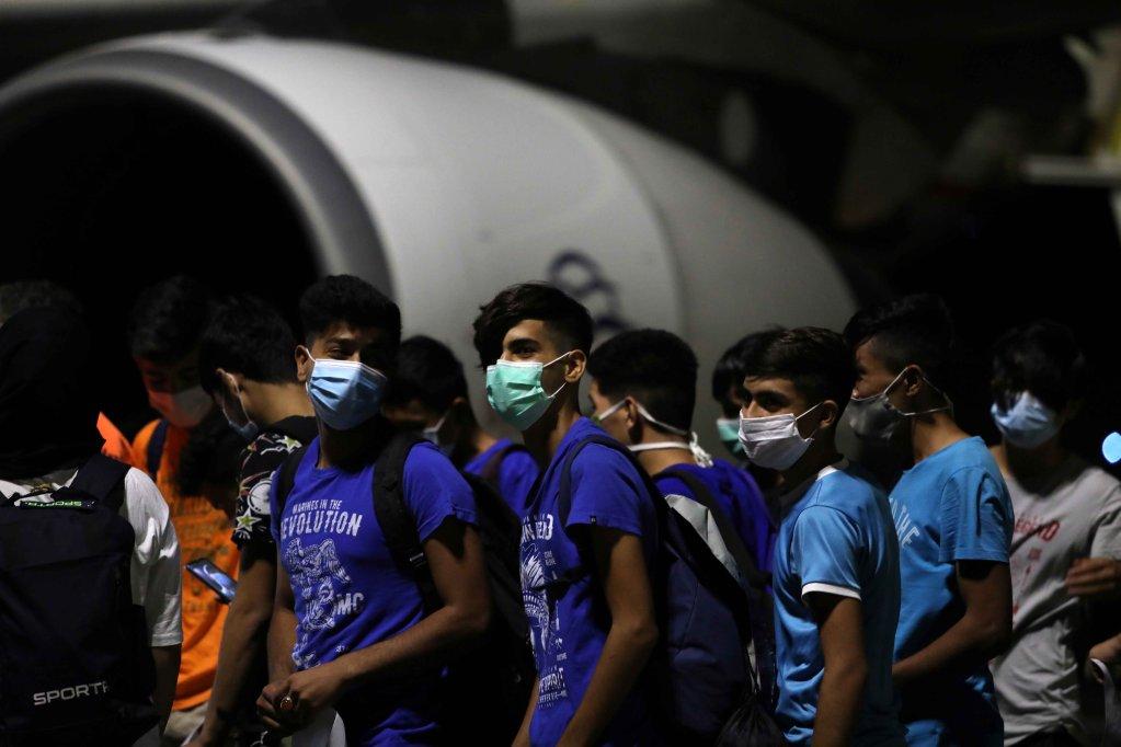 ۹ سپتمبر سال ۲۰۲۰، پس از آتش سوزی در کمپ موریا، مهاجران خوردسال و بدون همراه برای سوارشدن به هواپیما و پرواز به سرزمین اصلی یونان انتظار می کشند./عکس: Reuters