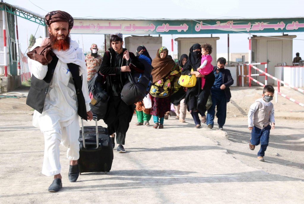 Afghans stand in line to cross the Pakistani-Afghan border in Chaman, Pakistan, 06 April 2020 | Photo: ARCHIVE/EPA/AKHTER GULFAM