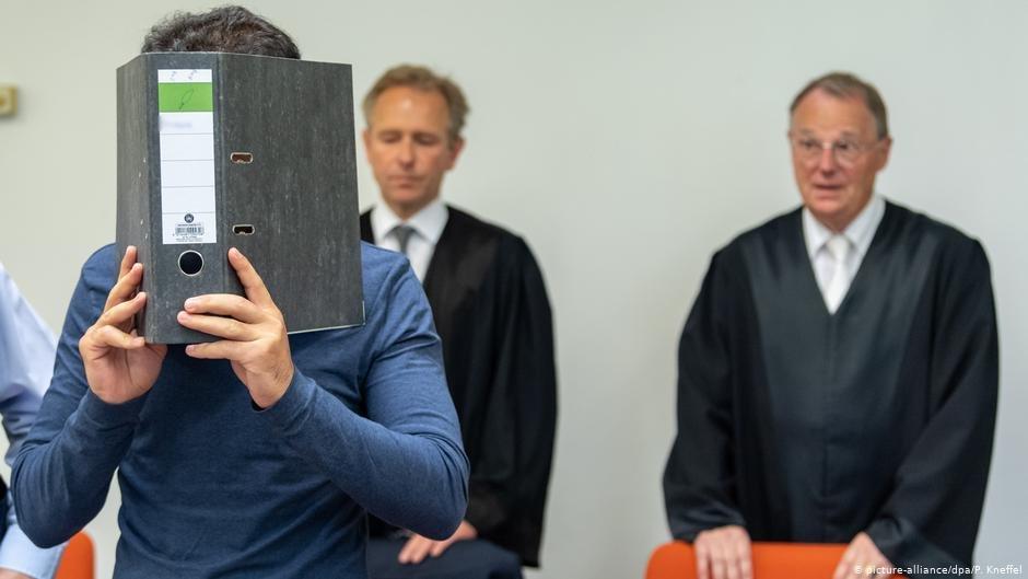 این جوان ۲۶ ساله متهم به رفتار تحقیرآمیز و شکنجه است که یک جنایت جنگی به شمار می آید