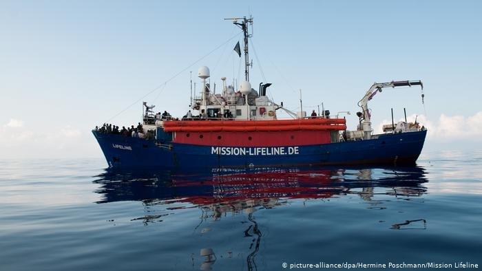 """عکس از آرشیف/ کشتی نجات """"الیونور"""" صد پناهجو را در بحیره مدیترانه از آب بیرون کشید."""