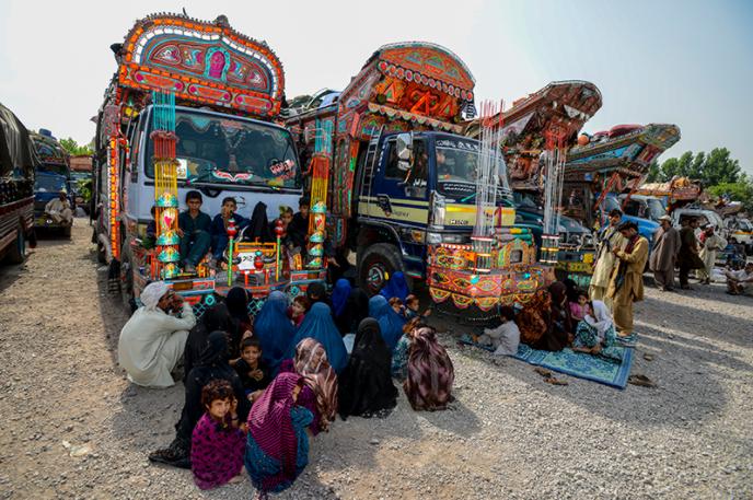 یو شمیر افغان کډوال د پاکستان په پیښور کې د یو ان اچ سي آر د بیرته ستنیدنې دفتر سره انتظار باسي.