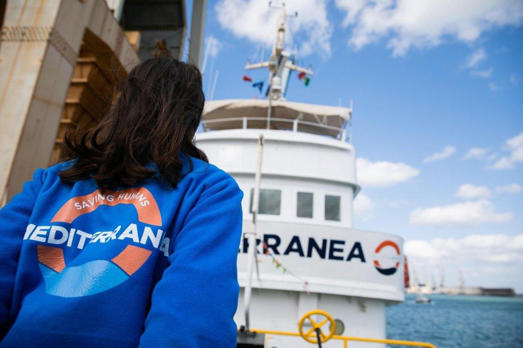 عکس از Marta Buso/ کشتی ماری جونیو با یکی از رضاکارانش.