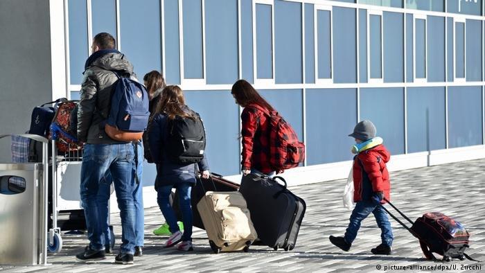 عکس آرشیف: گروهی از مهاجران که در چارچوب برنامه اسکان مجدد وارد آلمان میشوند.