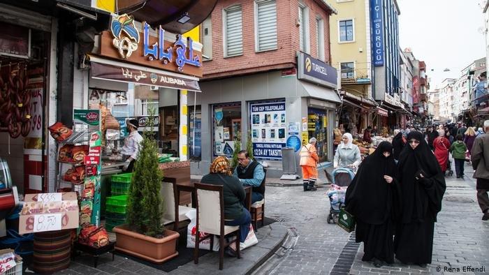 يعيش مئات آلاف اللاجئين السوريين في اسطنبول، وبعضهم لا يملك تصاريح إقامة مؤقتة