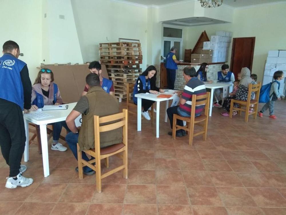 ANSA / فريق منظمة الهجرة الدولية أثناء وجوده في المنشآت، للتأكد من جودة ظروف الإقامة. المصدر: منظمة الهجرة الدولية.