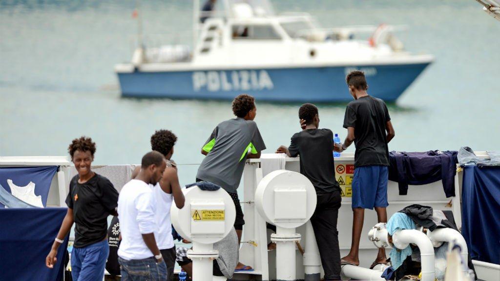 أ ف ب/أرشيف |مهاجرون غير شرعيون على ميناء إيطالي