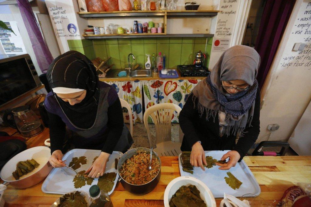 ANSA / لاجئات سوريات يجهزن الطعام في منزل في إسطنبول. المصدر: إي بي إيه/ جام توركال