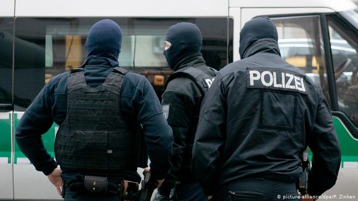 picture-alliance/dpa/P. Zinken |صورة رمزية لعناصر من الشرطة الألمانية خلال تفتيش أحد المباني في إطار الاشتباه في الإرهاب