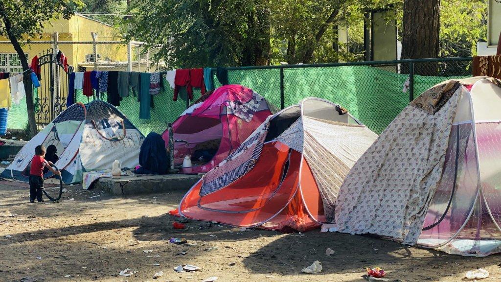 عائلات أفغانية نازحة تعيش مؤقتا في ملجأ عشوائي في إحدى حدائق العاصمة كابول. المصدر: إي بي إيه.