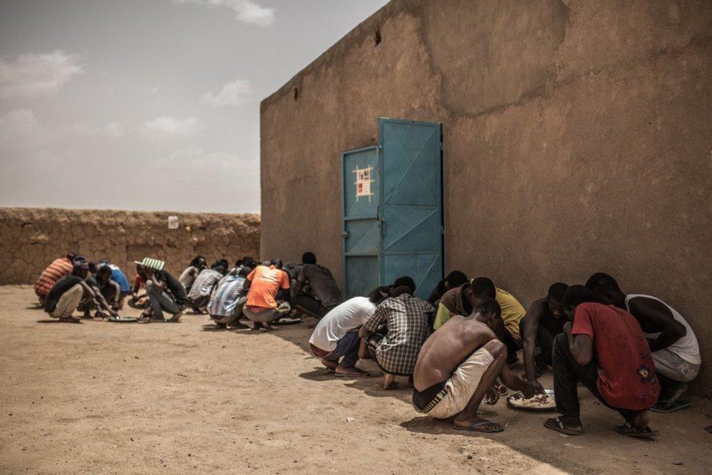 مجموعة من الشباب يأكلون في فناء معسكر أغاديز للاجئين في النيجر. المصدر: أوكسفام / بابلو توسكو.