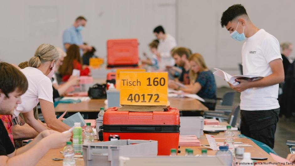 Volunteers count the votes in Cologne | Photo: Picture-alliance/Nur Photo/YinTang