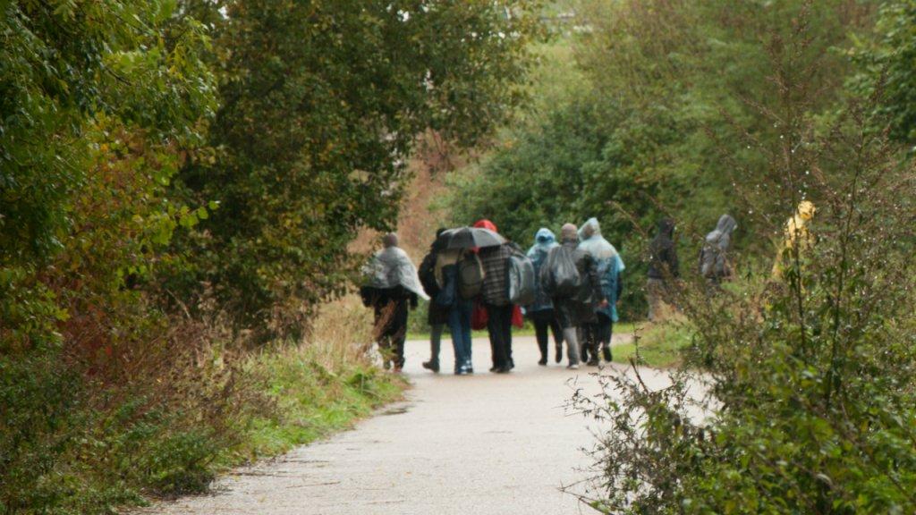 مهاجرون في الغابات المحيطة بمدينة غراند سانت شمال فرنسا. الصورة: دانا البوز