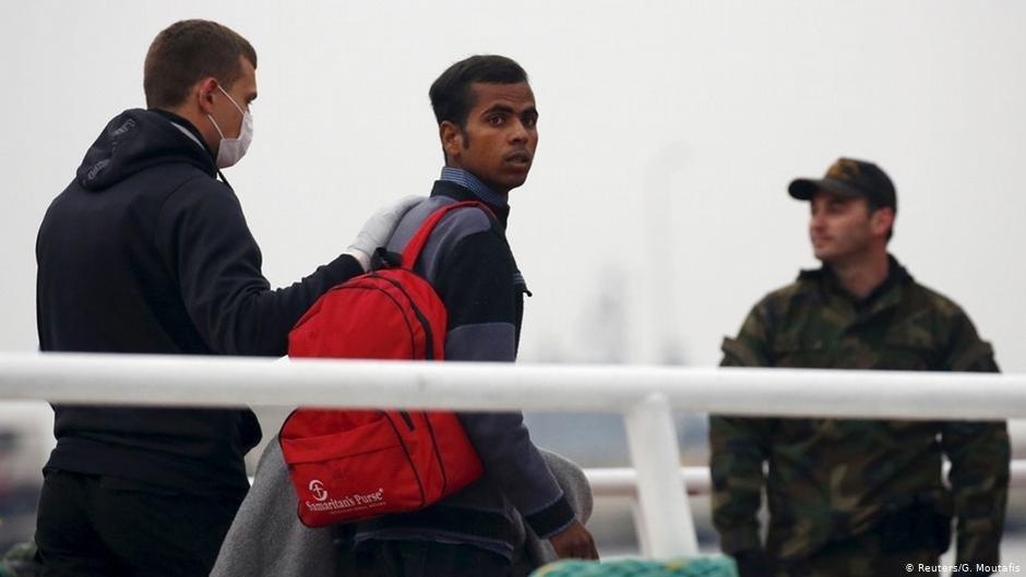 Des agents de Frontex aident la Grèce à procéder aux expulsions vers la Turquie   Photo: Reuters/G.Moutafis