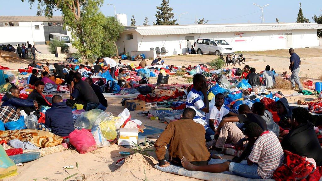 مركز احتجاز للمهاجرين الأفارقة قرب طرابلس (رويترز)